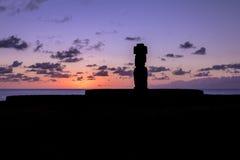 Bärande hårknut för Ahu Tahai Moai statykontur på solnedgången nära Hanga Roa - påskö, Chile Arkivfoto