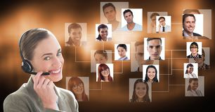 Bärande hörlurar för affärskvinna med kandidater i bakgrund royaltyfri bild