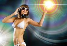 Bärande hörlurar för bikiniflicka Fotografering för Bildbyråer