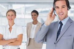 Bärande hörlurar med mikrofon för affärsman royaltyfria foton