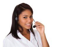 Bärande hörlurar med mikrofon för lycklig kvinna Royaltyfri Foto