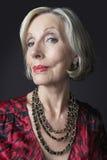 Bärande halsband för förmögen hög kvinna arkivfoton