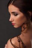Bärande halsband för naken härlig kvinna runt om hennes hals och skuldror, closeupstående med skuldran fotografering för bildbyråer