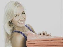 Bärande handdukar för ung kvinna Royaltyfri Foto