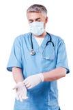 Bärande handskar för kirurg Arkivbilder