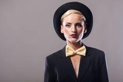 Bärande hatt för härlig kvinna på grå bakgrund Royaltyfria Foton