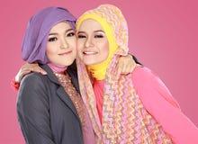 Bärande hijab för flicka som ligger på gräs som upp till ser copyspace Royaltyfri Bild