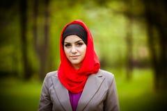Bärande hijab för härlig muslimkvinna Royaltyfria Bilder