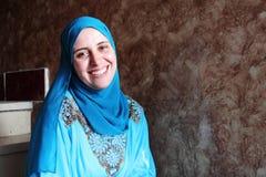 Bärande hijab för lycklig arabisk muslimkvinna Royaltyfri Bild