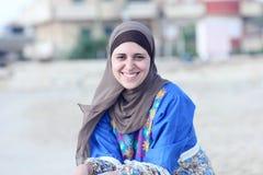 Bärande hijab för lycklig arabisk muslimkvinna Fotografering för Bildbyråer