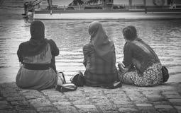 Bärande hijab för muslimsk kvinna som ser på havet royaltyfri fotografi