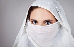 Bärande hijab för ung kvinna, närbild, stående arkivfoton