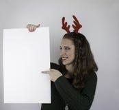 Bärande horn på kronhjort för ung kvinna och tomt tecken för innehav Fotografering för Bildbyråer