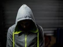 Bärande huv för idrottsman nen med huvudet ner Fotografering för Bildbyråer