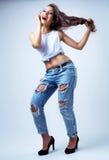 Bärande jeans för modell Arkivfoton