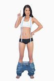 Bärande jeans för smart kvinna som ner faller därför att borttappad vikt för shes Royaltyfri Foto