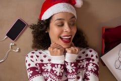Bärande julhatt för häpen kvinna och säsongsbetonat se för tröja arkivfoto