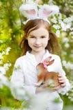 Bärande kaninöron för förtjusande liten flicka på påsk Royaltyfria Bilder