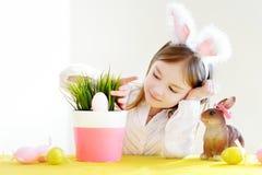 Bärande kaninöron för förtjusande liten flicka på påsk Royaltyfri Bild