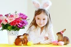 Bärande kaninöron för förtjusande liten flicka på påsk Royaltyfri Fotografi