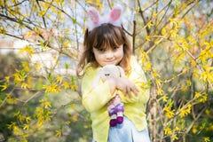 Bärande kaninöron för ont barn royaltyfria foton