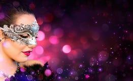 Bärande karneval för attraktiv kvinna royaltyfri foto