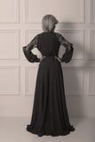 Bärande klänning för härlig lång haired kvinna Royaltyfria Foton