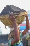 Bärande kolkorg för man på huvudet Royaltyfri Fotografi