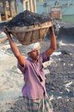Bärande kolkorg för man på huvudet Royaltyfria Foton