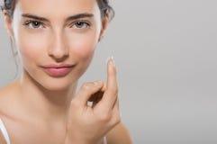 Bärande kontaktlins för kvinna Royaltyfri Fotografi