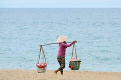 Bärande korg för asiatisk kvinna Arkivbild