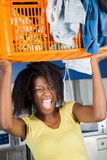 Bärande korg för kvinna av smutsig kläder Arkivfoto