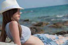 Bärande kortslutningar för ung flicka och skördöverkant och hatt som utanför poserar Arkivfoton