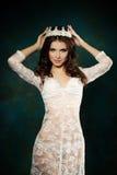 Bärande krona för trevlig kvinna Arkivfoto