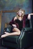 Bärande krona för ung blond kvinna i felik lyx Arkivbilder