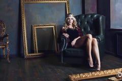 Bärande krona för ung blond kvinna i felik lyx Royaltyfri Bild