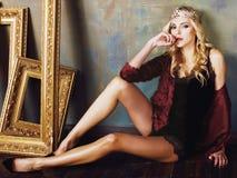 Bärande krona för ung blond kvinna i felik lyx Royaltyfri Foto