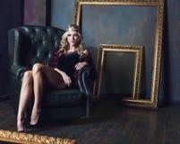 Bärande krona för ung blond kvinna i felik lyx Arkivfoton