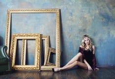 Bärande krona för ung blond kvinna i felik lyx Fotografering för Bildbyråer