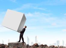 Bärande kub för affärsman arkivfoton