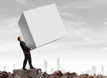 Bärande kub för affärsman arkivbilder