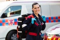 Bärande lifepack för person med paramedicinsk utbildning Arkivfoton