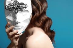 Bärande maskering för härlig kvinna Mystisk flicka med trevlig maskeradtillbehör Karneval-, allhelgonaafton- eller julstil royaltyfria foton