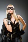 Bärande maskering för kvinna mot Fotografering för Bildbyråer
