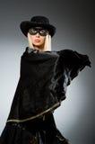 Bärande maskering för kvinna mot Royaltyfri Bild