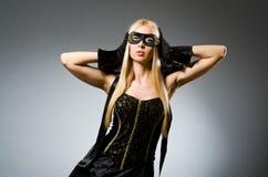 Bärande maskering för kvinna mot Royaltyfri Fotografi