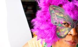 Bärande maskering för svart kvinna Fotografering för Bildbyråer