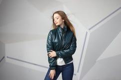 Bärande omslag för ung flickaflicka med område för din logo, modell av hoodien för vita kvinnor arkivbild