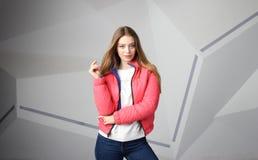 Bärande omslag för ung flickaflicka med område för din logo, modell av hoodien för vita kvinnor fotografering för bildbyråer
