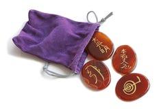 Bärande påse för Reiki stenar och för purpurfärgad sammet arkivfoton